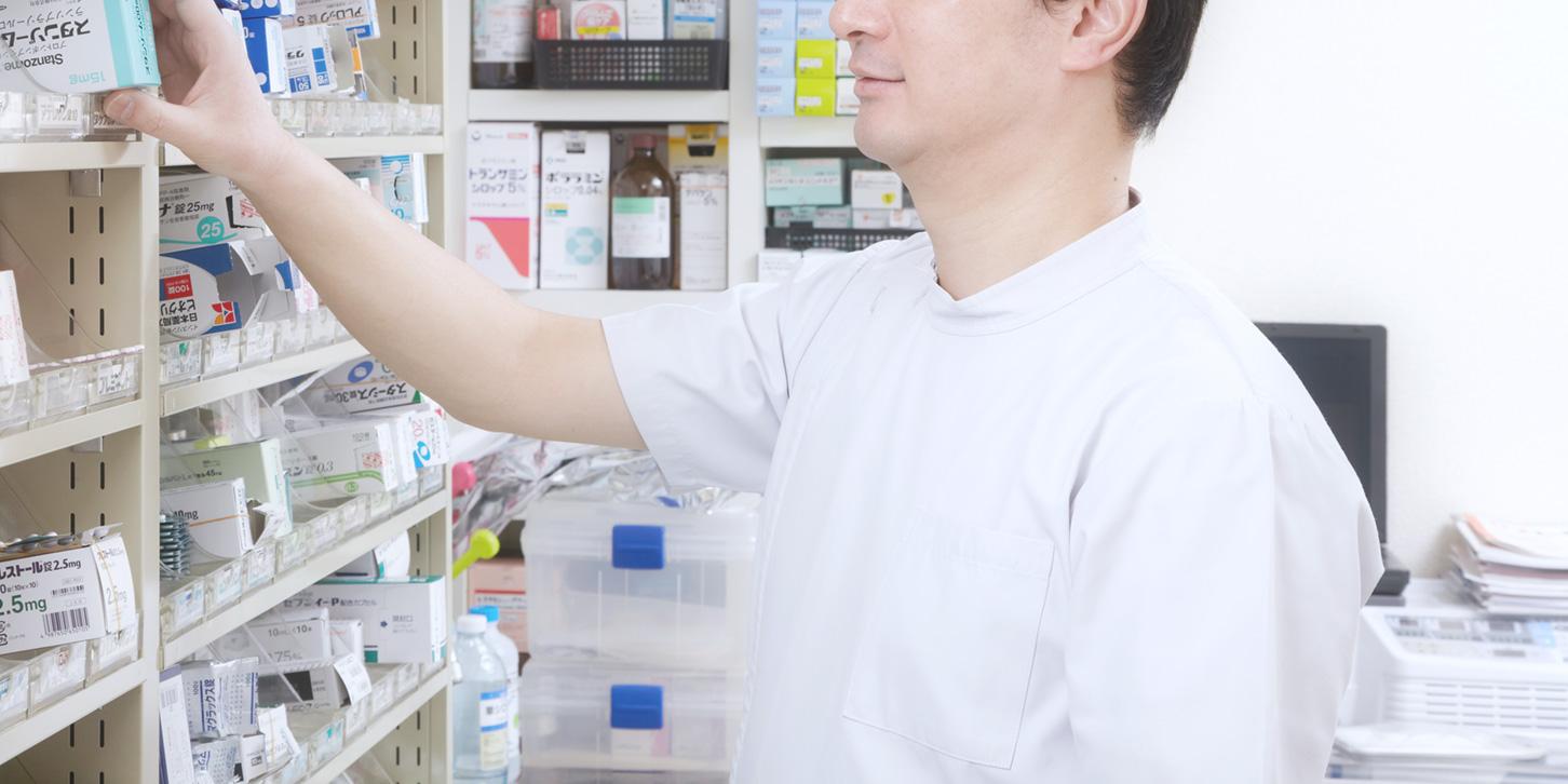 薬を取り出す男性医師
