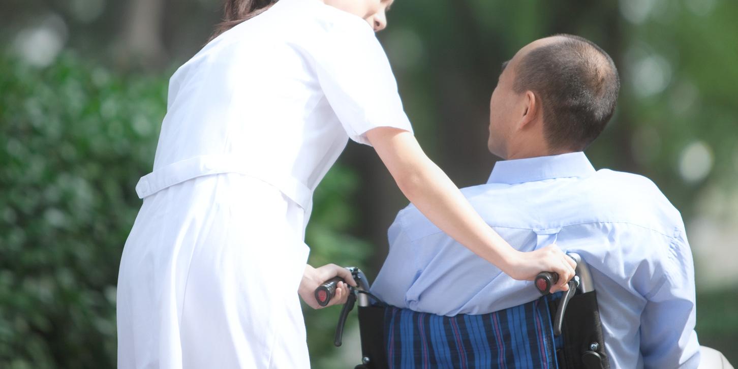 患者に話しかける看護師