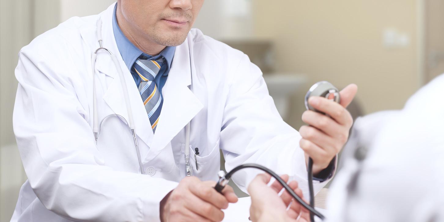 診察をする医者