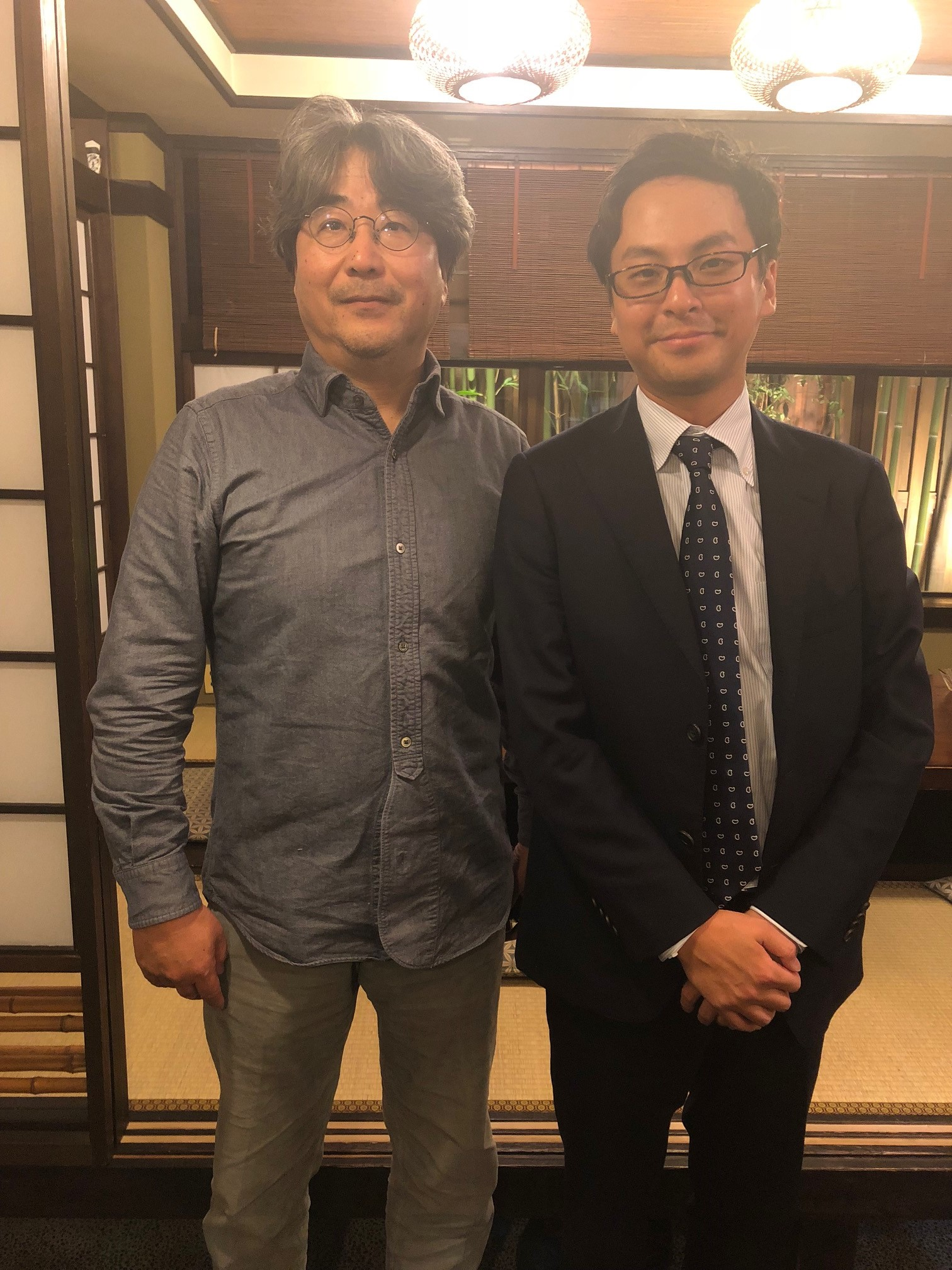 スーツとシャツを着た男性2人