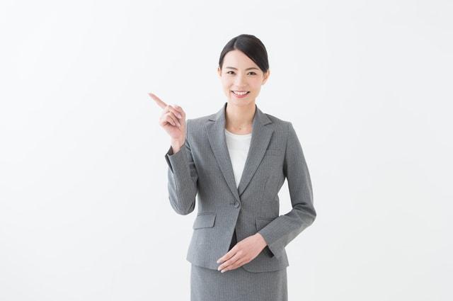 ポイントを指摘する女性