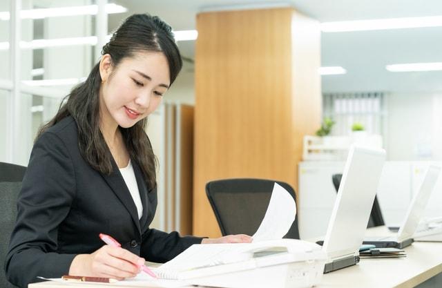 ビジネスプランを立てる女性