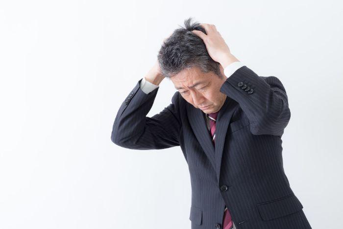 調剤薬局の後継者問題に悩む男性
